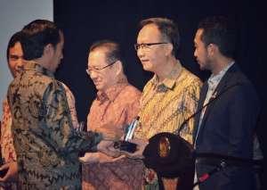 Apotek K-24 Raih Penghargaan Waralaba Indonesia 2016