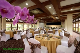 Ruang pertemuan yang lapang, pas untuk kegiatan bisnis atau keluarga