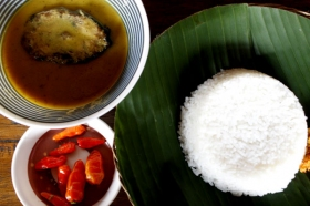 Lodho tongkol, nasi gurih dan cabai rawit
