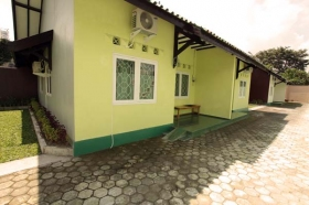 Bagian samping UNO Guest House