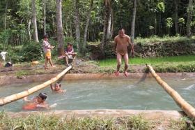 Bocah-bocah menikmati permainan di sungai