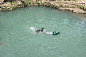 Selain menikmati indahnya gua, wisatawan juga bisa berenang di alam terbuka