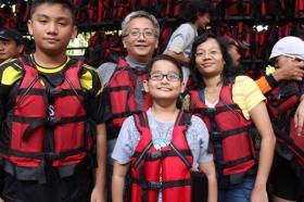 Penggunaan pelampung sebagai sarana menjaga keselamatan pengunjung