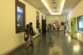 Para Pengunjung Melihat Koleksi Museum di Salah Satu Ruangan Diorama