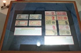 Mata uang seri Soekarno (kiri) dan seri Dwikora (kanan)