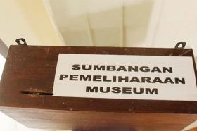 Kotak sumbangan untuk museum