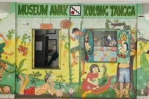 Mural di pintu masuk museum