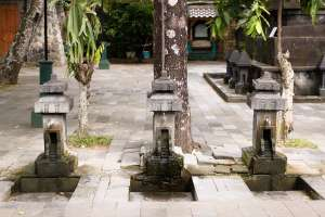 Tempat membersihkan diri sebelum berdoa. Dipercaya air dari sana juga membawa kesembuhan