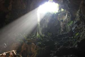 Sinar yang masuk lewat mulut gua dipercaya sebagai cahaya dari surga