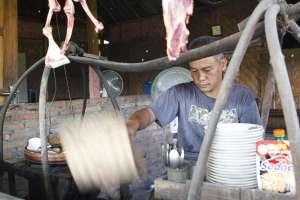 Proses mengipas sate klatak menggunakan kipas tradisional