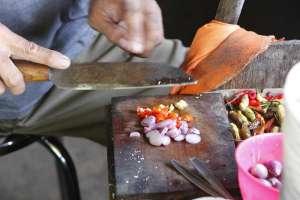 Proses memasak dengan mengiris bawang dan lombok