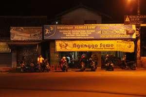 Tampak depan angkringan Nganggo Suwe di malam hari