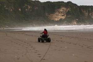 Para pengunjung juga bisa menikmati suasana menggunakan ATV