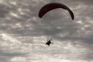 Olah raga udara seperti paralayang bisa dilakukan di pantai Parangendog