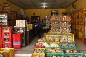 Toko oleh-oleh Mbok Tumpuk yang menyediakan berbagai makanan