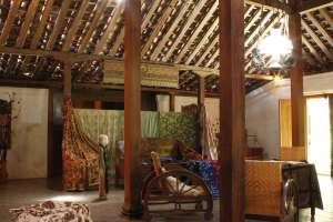 Ruang ini digunakan untuk menampilkan batik karya pengrajin dari Bantul