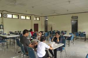 Suasana makan siang di restauran Bakso ITO