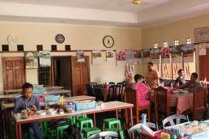 Suasana makan siang di rumah makan soto dan sop cak Nur