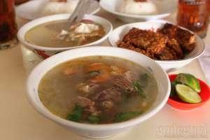 Soto daging di rumah makan cak Nur yang segar dan berdaging empuk