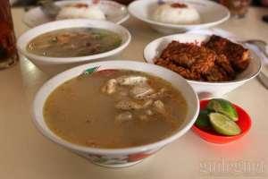Sop komplit yang jadi favorit pengunjung di rumah makan sop dan soto cak Nur