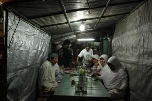 Suasana makan malam di warung gudeg Bu Pujo