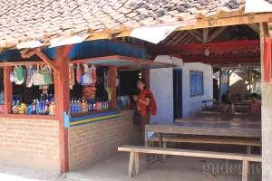 Tersedia warung di pantai Wediombo, Yogyakarta