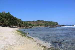 Lengkung garis pantai di pantai Wediombo, Yogyakarta