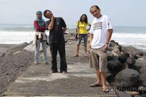 Menikmati kebersamaan di Pantai Glagah