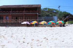 Payung-payung di tepi Pantai Indrayanti untuk melindungi pengunjung dari terik matahari