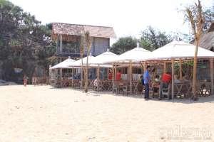 Tenda-tenda untuk menikmati makan siang sambil menikmati keindahan Pantai Indrayanti