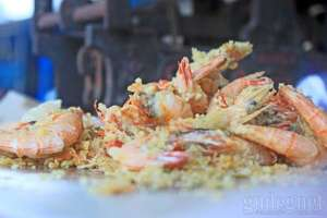 Udang goreng hidangan khas di pantai Kukup. Perhatikan kesegarannya saat membeli.