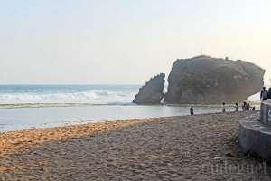 Garis pantai dan batu karang di pantai Kukup