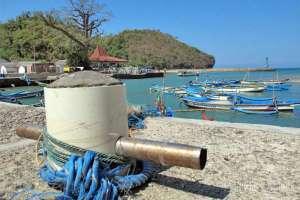 Patok untuk mengikatkan tali kapal yang bersandar di Pantai Sadeng
