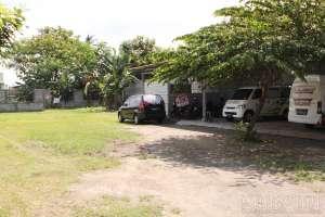 Parkir luas di halaman belakang rumah makan gudeg Yu Sum Yogyakarta