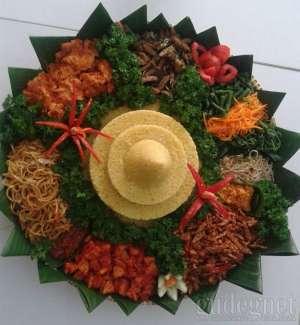 Loving Hut_Tumpeng Nasi Kuning