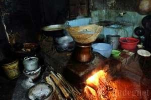 Suasana dapur di warung gudeg Pawon Yogyakarta