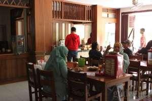 Suasana makan siang di gudeg Yu Djum Barek