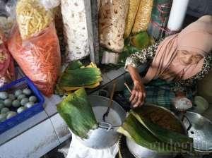 Salah satu pedagang makanan tradisional di pasar pujokusuman