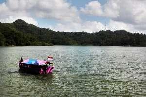 Pengunjung dapat naik perahu wisata yang mengelilingi Waduk Sermo selama 15 - 20 menit
