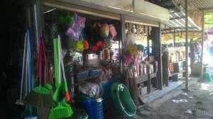 Pedagang perkakas rumah tangga dan camilan di Pasar Prambanan