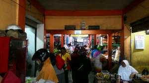 Bagian dalam Pasar Sentul