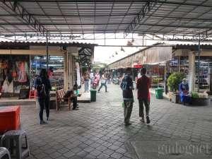 Suasana di dalam pasar Klithikan Yogyakarta