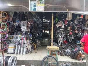 Salah satu los yang menjual spare part motor di pasar Klithikan