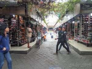 Los yang menjual sepatu dan sandal di pasar Klithikan Yogyakarta