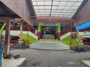 Los yang menjual pakaian terletak di bagian belakang pasar Klithikan