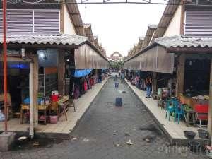 Suasana di pasar Klithikan tampak dari tengah pasar