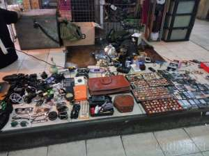 Salah satu penjual klithikan di dalam pasar Klithikan