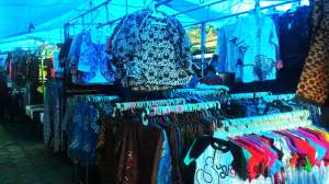 Baju-baju batik di Pasar Sore dijual dengan harga miring, apalagi kalau beli lebih dari satu.