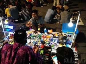 Pedagang elektronik di Pasar Senthir