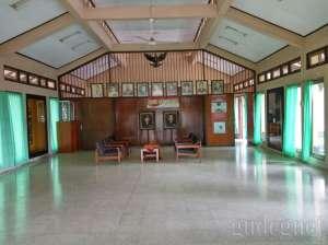 Ruang galery penyimpanan pakaian dan foto-foto pahlawan Pancasila